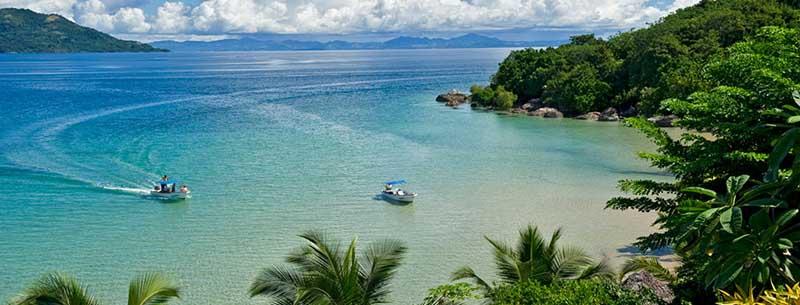 Parsemée de petites plages de sables fins accessibles seulement par la mer, cette côte est l'endroit idéal pour un picnic sous le soleil de Nosy Be